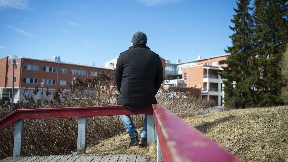 Antti Laitala kuvattuna takaa.