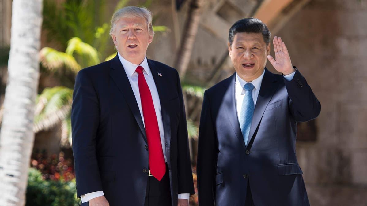 Yhdysvaltain presidentti Donald Trump ja Kiinan presidentti Xi Jinping kuvattuna tapaamisensa aikana Floridassa 7. huhtikuuta 2017.