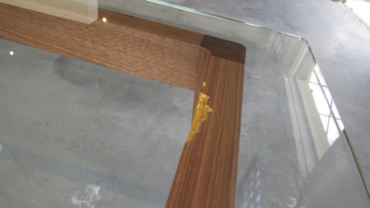 Minja Kolehmaisen tekemän ruokapöydän jalkojen lommot on kullattu lehtikullalla.