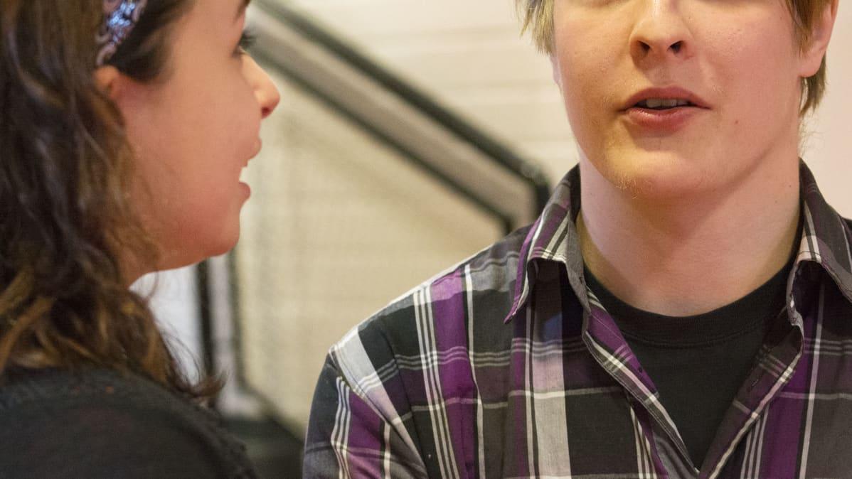 Kaksi henkilöä keskustelemassa.