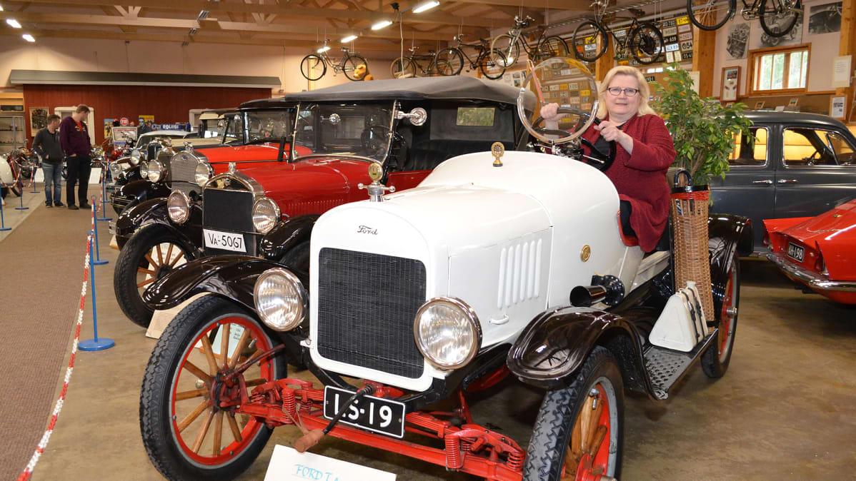 Leila Suutarinen Ford-museoauton ratissa.