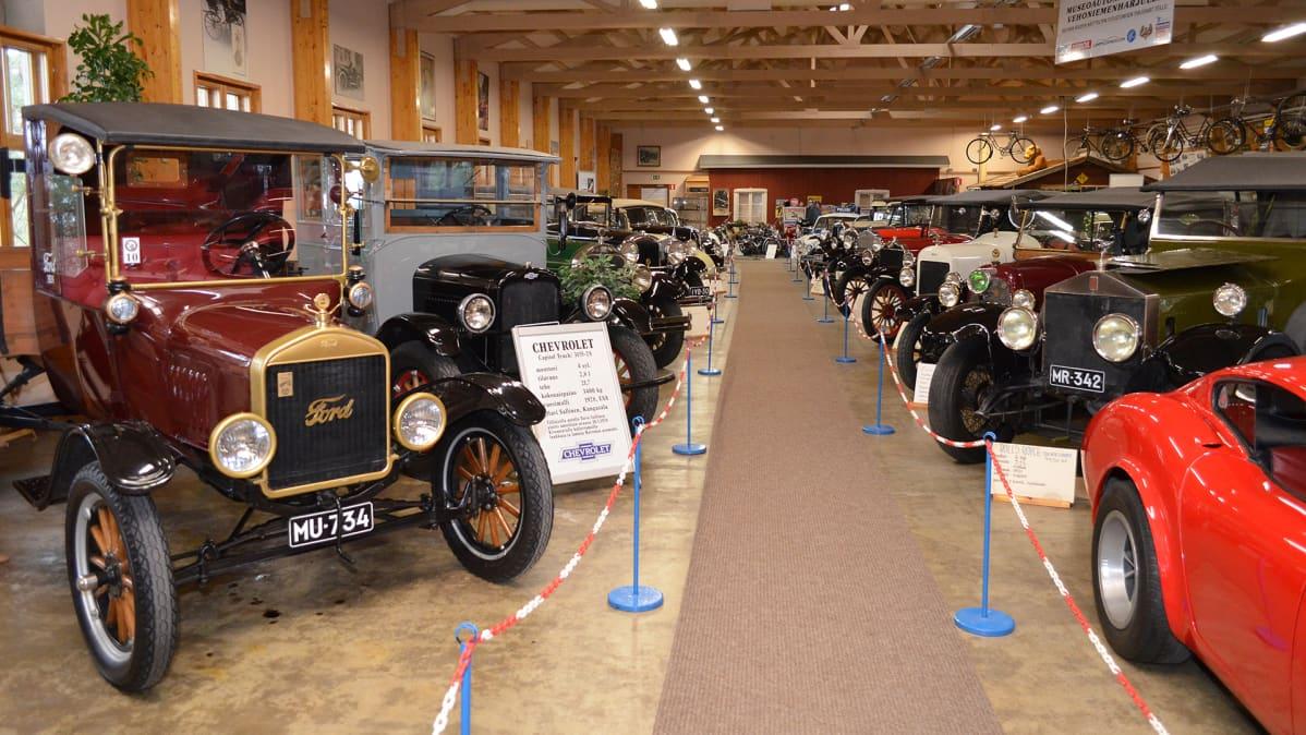 Vanhoja autoja esillä Vehoniemen automuseossa.