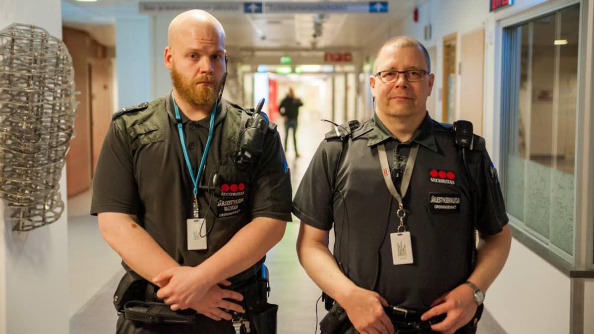 Janne Koskinen ja Kari Väätäinen ovat järjestyksenvalvojia Kuopion yliopistollisessa sairaalassa.
