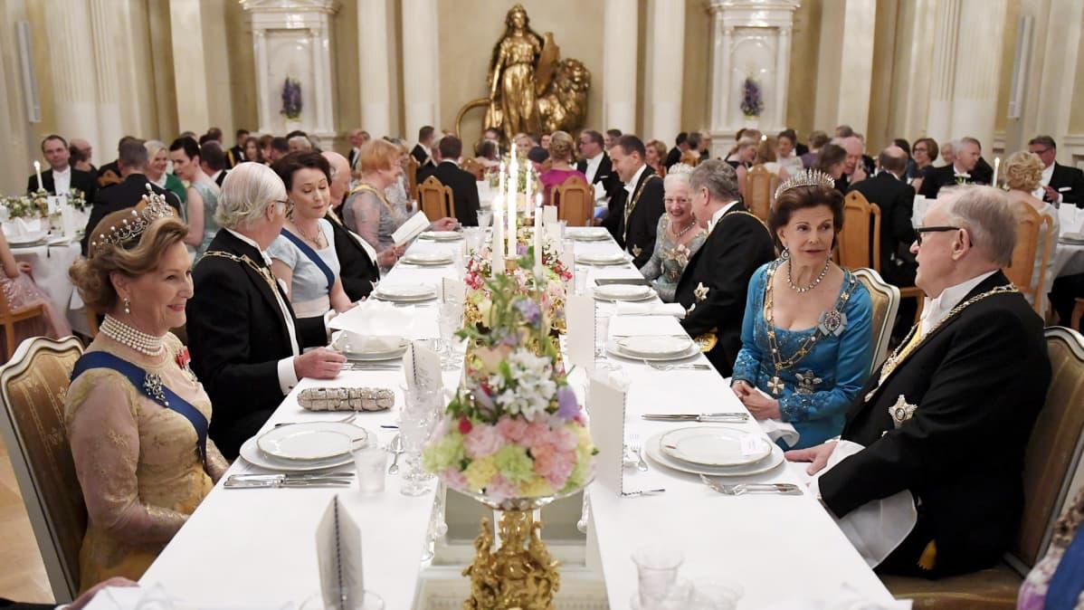 Suomi 100 -juhalan vieraat linnassa päivällisellä.