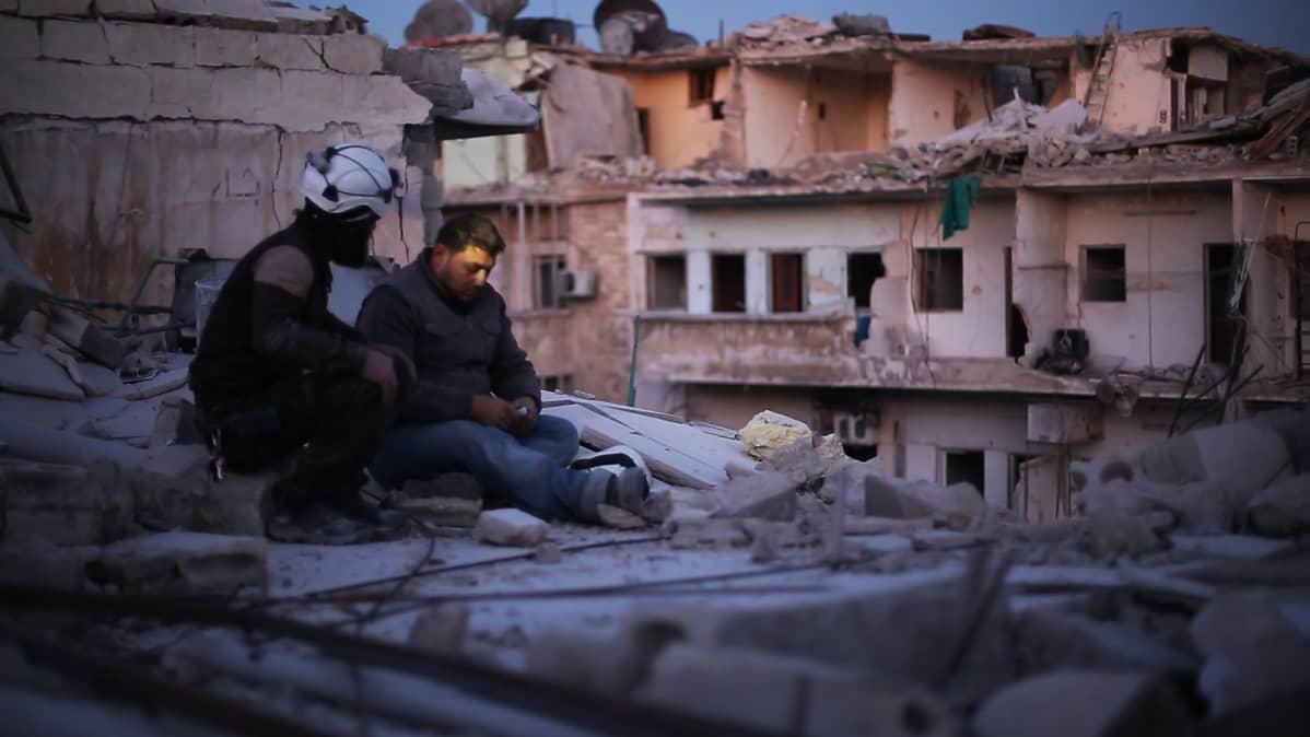 Piirityksen keskellä Valkoiset kypärät -järjestön vapaaehtoiset pelastajat pyrkivät äärimmäisen vaikeissa olosuhteissa auttamaan Aleppon asukkaita ulos raunioista ja jatkamaan elämää.
