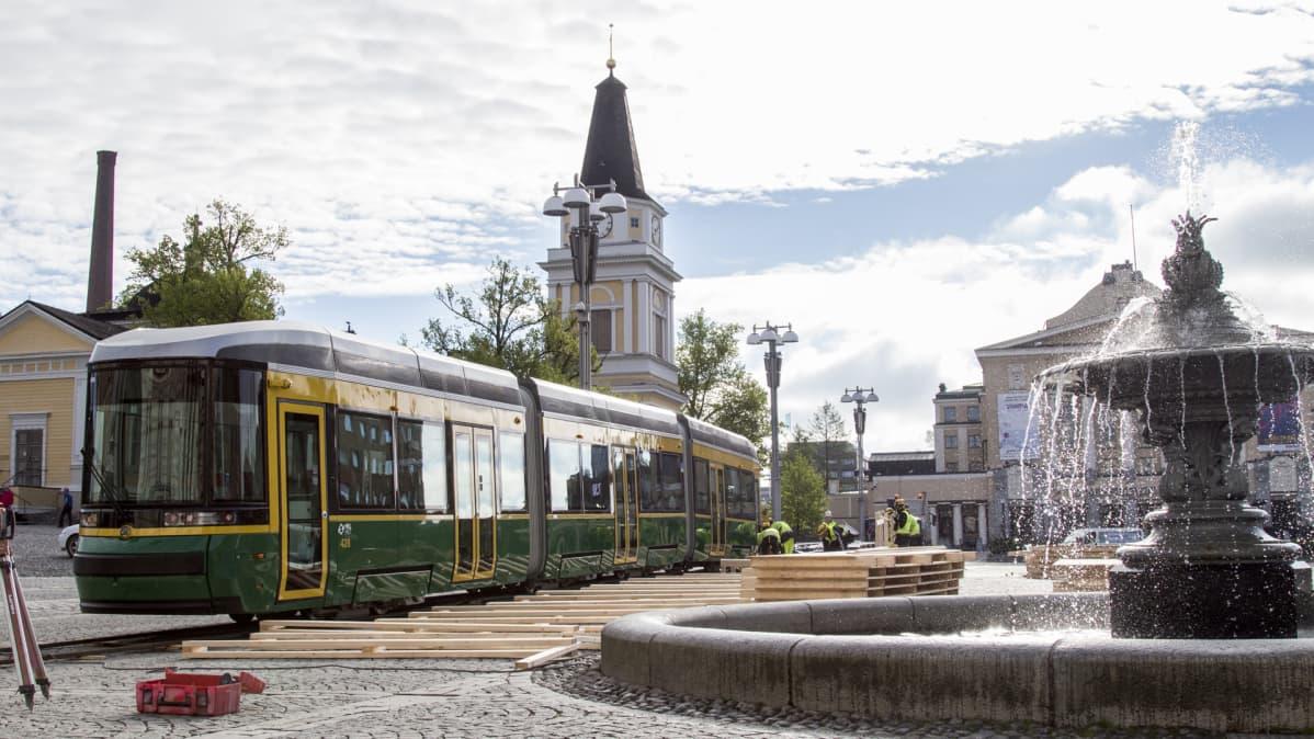 Helsinkiin matkalla oleva uusi ratikka kylässä Tampereen Keskustorilla