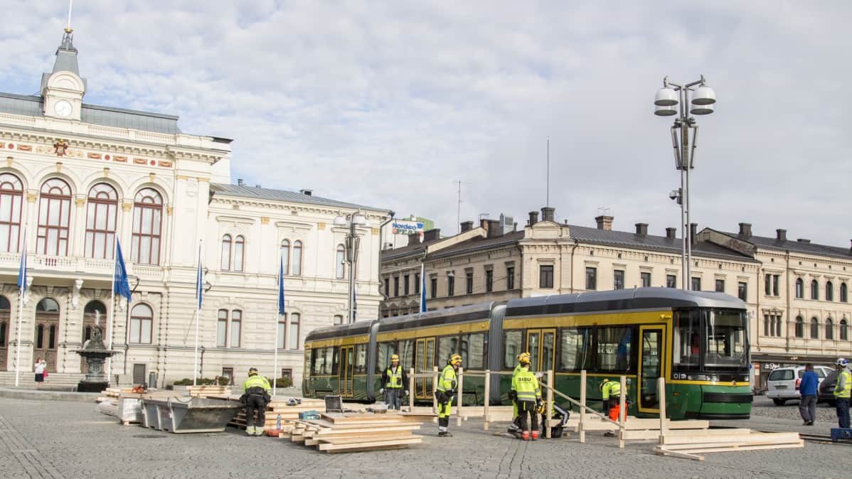Helsingin uusi ratikka kylässä Tampereella, raatihuone, rakennusmiehiä
