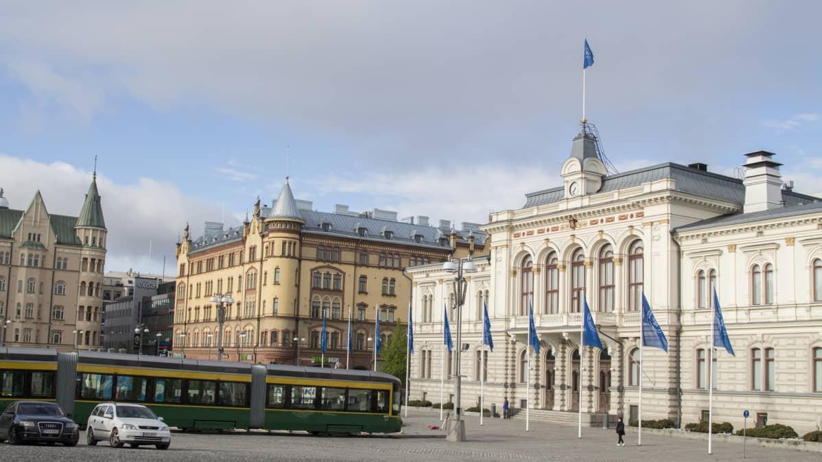 Helsingin uuri ratikka kylässä Tampereella, Keskustori, raatihuone, siniset liput saloissa