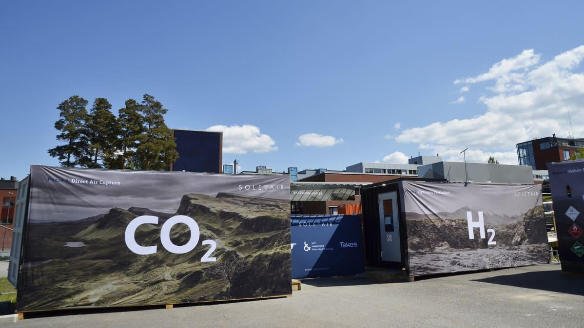 Uusiutuvaa raakaöljyä tuottava koelaitos Lappeenrannan teknillisen yliopiston pihalla.