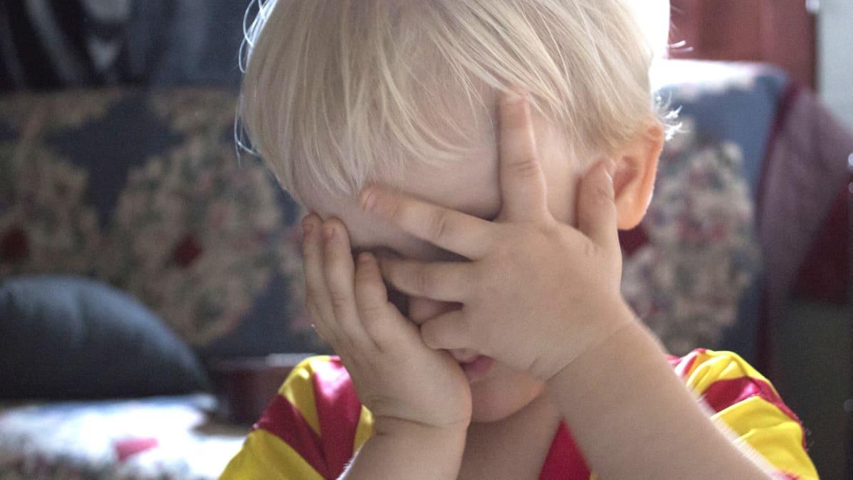 Pääkivusta kärsivä lapsi.