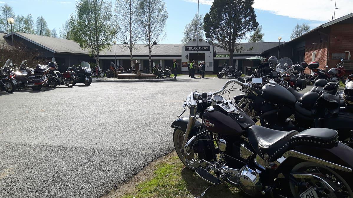 Moottoripyöriä parkkipaikalla.