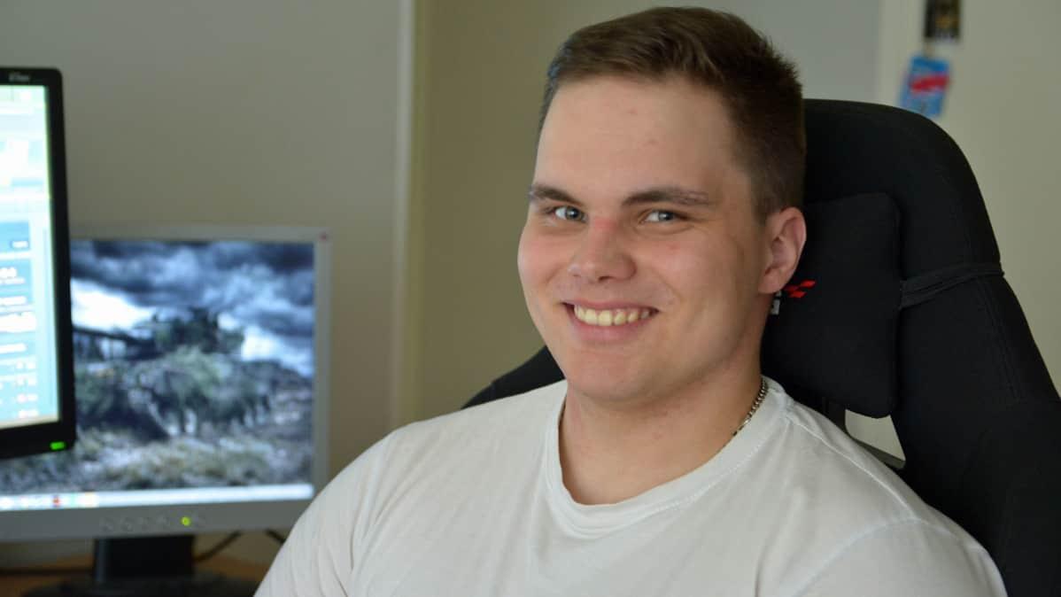Kavala esportsin joukkueenjohtaja Juuso Peltonen tietokoneen ääressä.