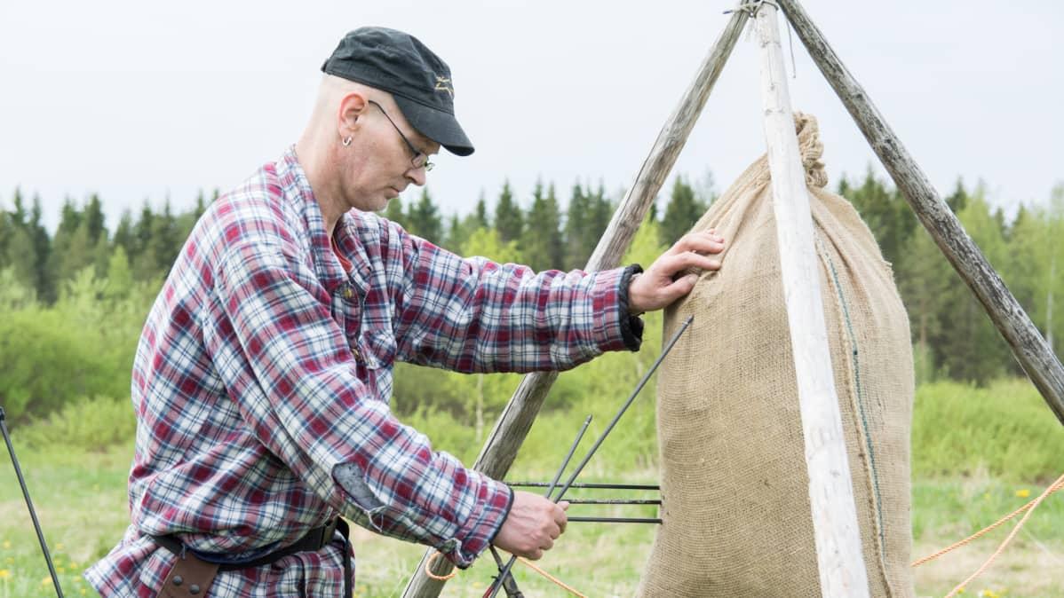 Jonatan Kokkonen irrottaa nuolta juuttisäkistä.