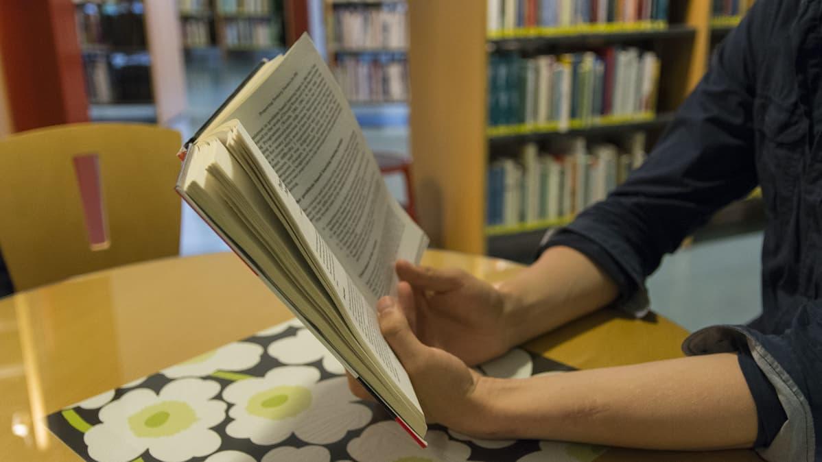 Mies lukee kirjaa