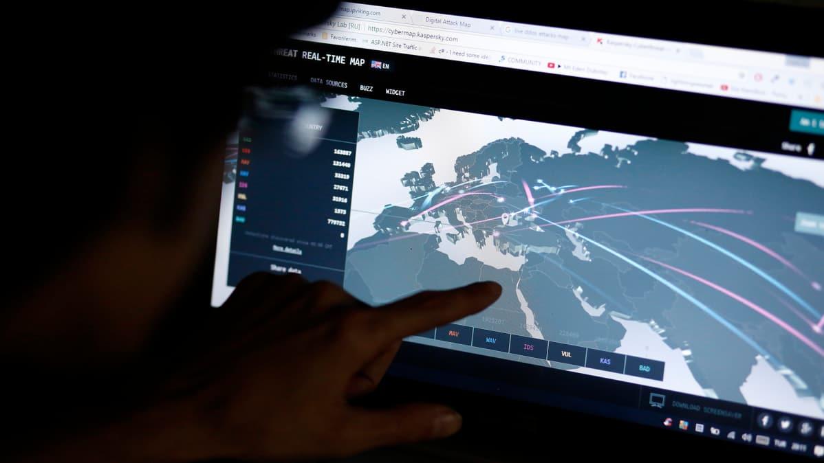 Tietoturva-asiantuntija tarkkaili Eurooppaan suuntautuneen kyberhyökkäyksen laajuutta Istanbulissa 27. kesäkuuta.