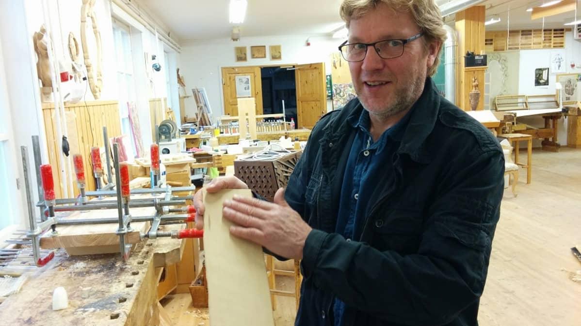 Jaakko Purtanen esittelee modernia pärettä, leikattua paksua puuviilua.