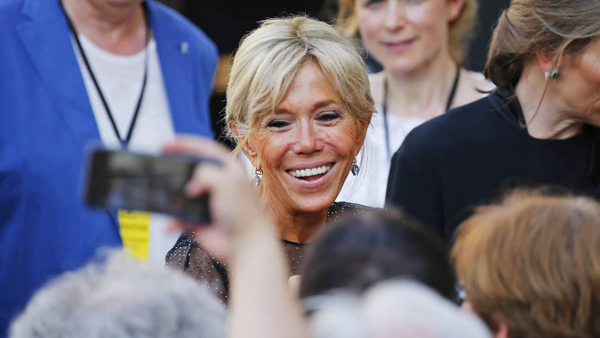 Fanit kuvaavat Brigitte Trogneuxia.