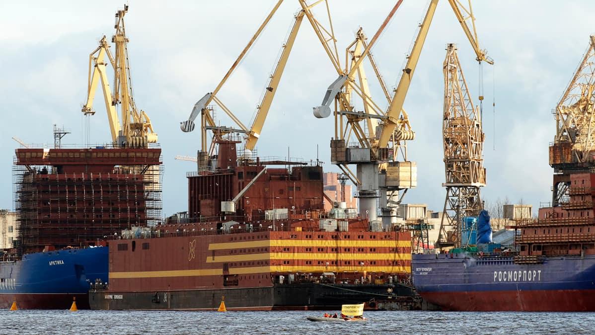 Siirrettävä ydinvoimala Akademik Lomonosov sai polttoianetta kahteen reaktoriinsa pietarilaisella telakassa huhtikuussa.