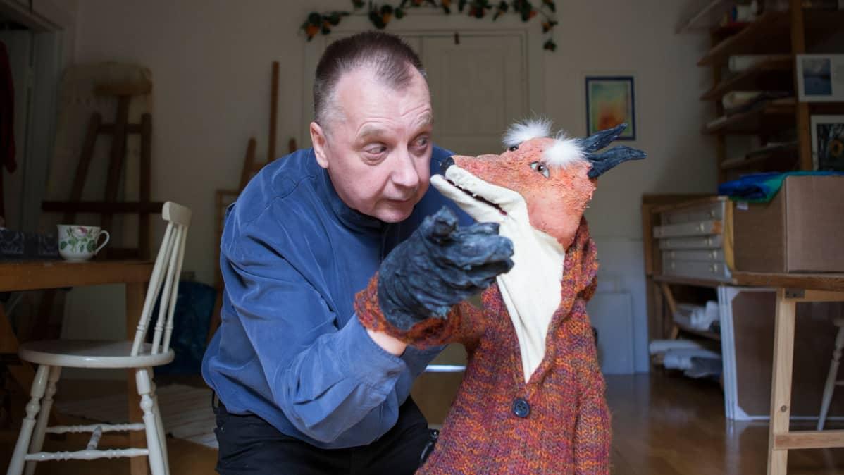 Matti Koskinen esiintyy Vekkulikettu-nuken kanssa.