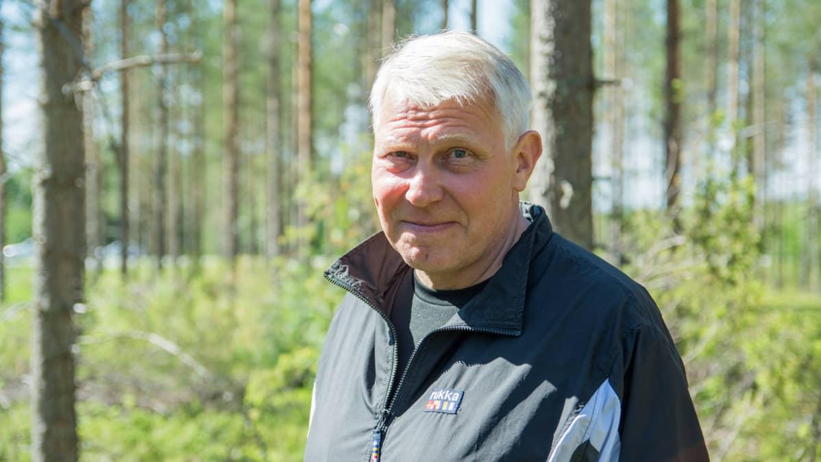 Kokoomuksen kansanedustaja Eero Suutari metsässä.