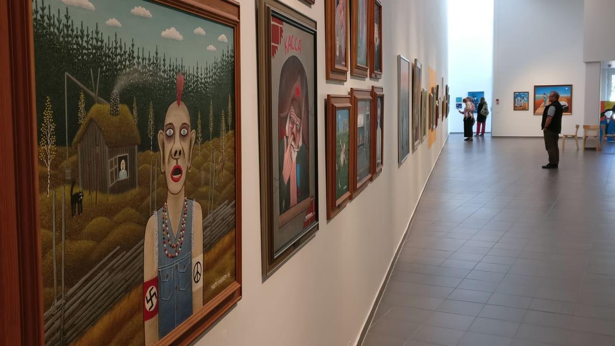Kemin taidemuseon naivismia esittelevä näyttely, etualalla Martti Innasen teoksia.
