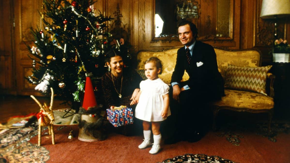 Kruununprinsessa Victoria istuvat joulukuusen ääressä Kuninkaanlinnassa vuonna 1978.