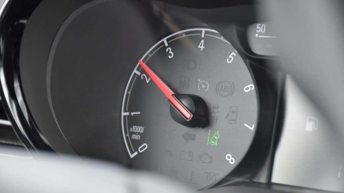nopeusrajoitin auton mittarissa