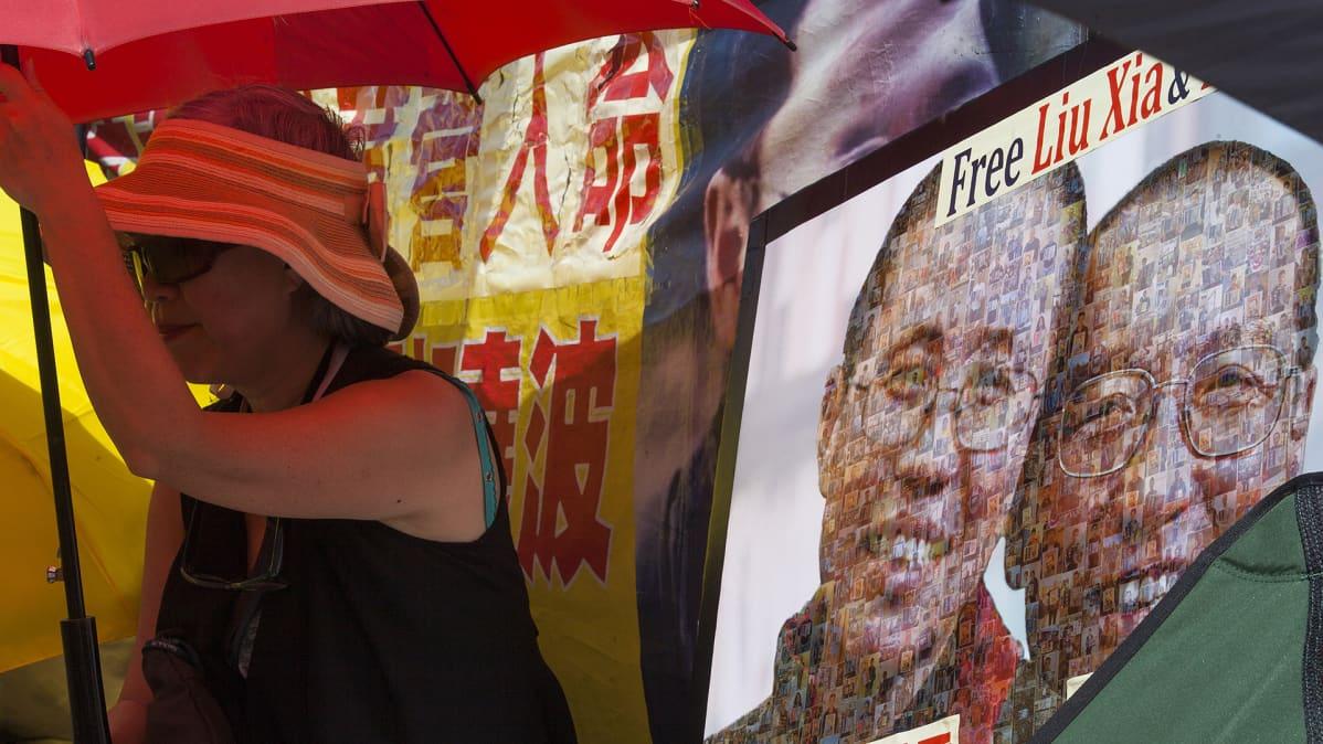 Nainen osoittamassa mieltään Liu Xiaobon puolesta Hong Kongissa kesäkuussa 2017.