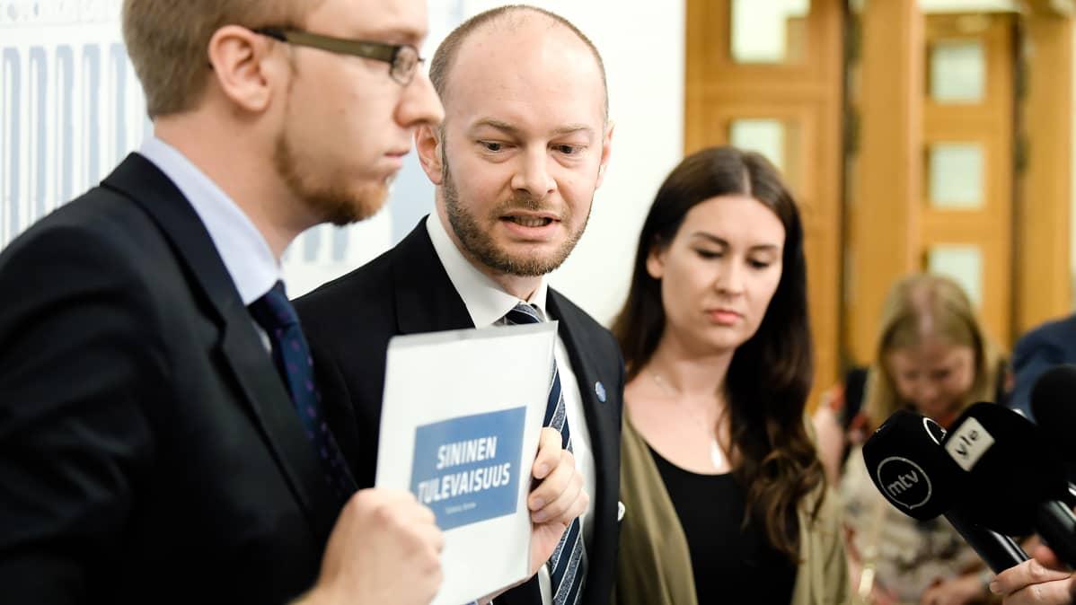 Simon Elo, Sampo Terho ja Tiina Elovaara kertoivat uuden yhdistyksen ja tulevan puolueen nimen joka on Sininen tulevaisuus 19.6.2017.
