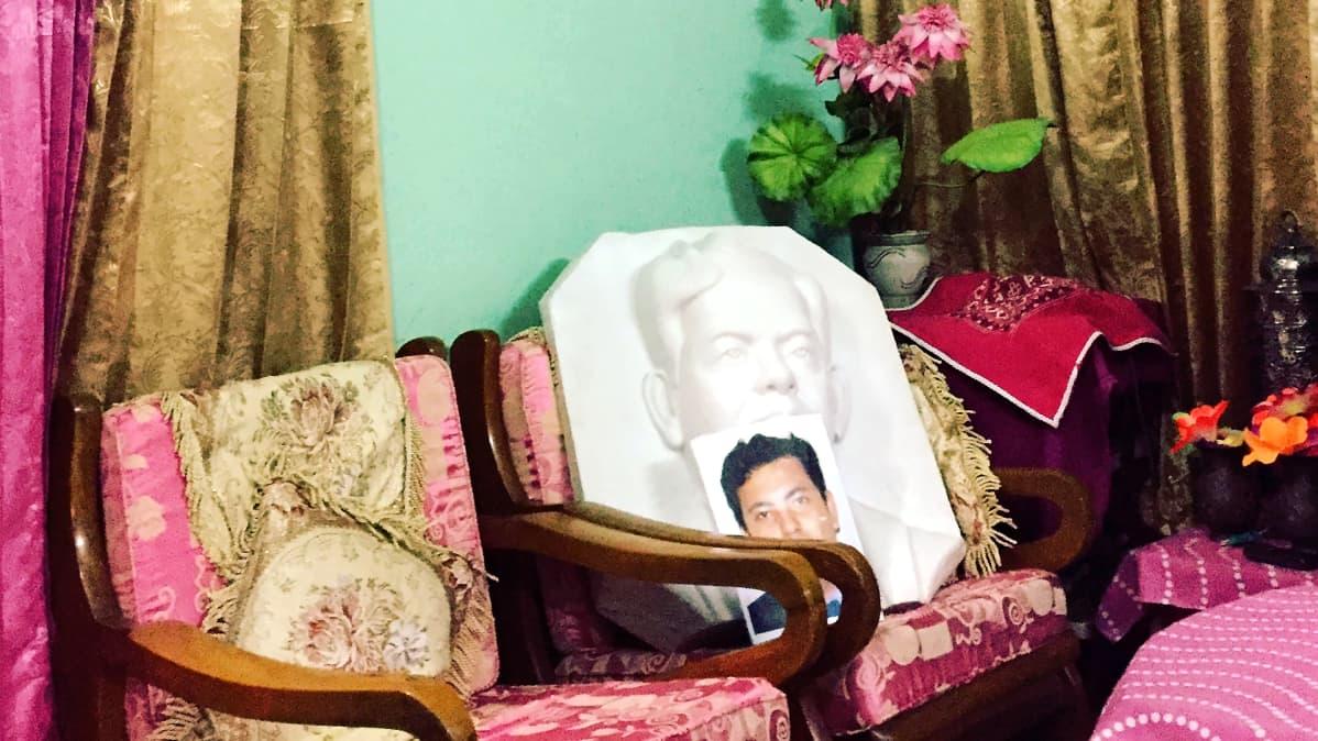 Dhakan Ekushey-kirjamessujen tapahtumapaikan eteen ollaan pystyttämässä muistomerkkiä murhatuista vapaa-ajattelijoista. Murhatun veistos odottaa pystytystä.