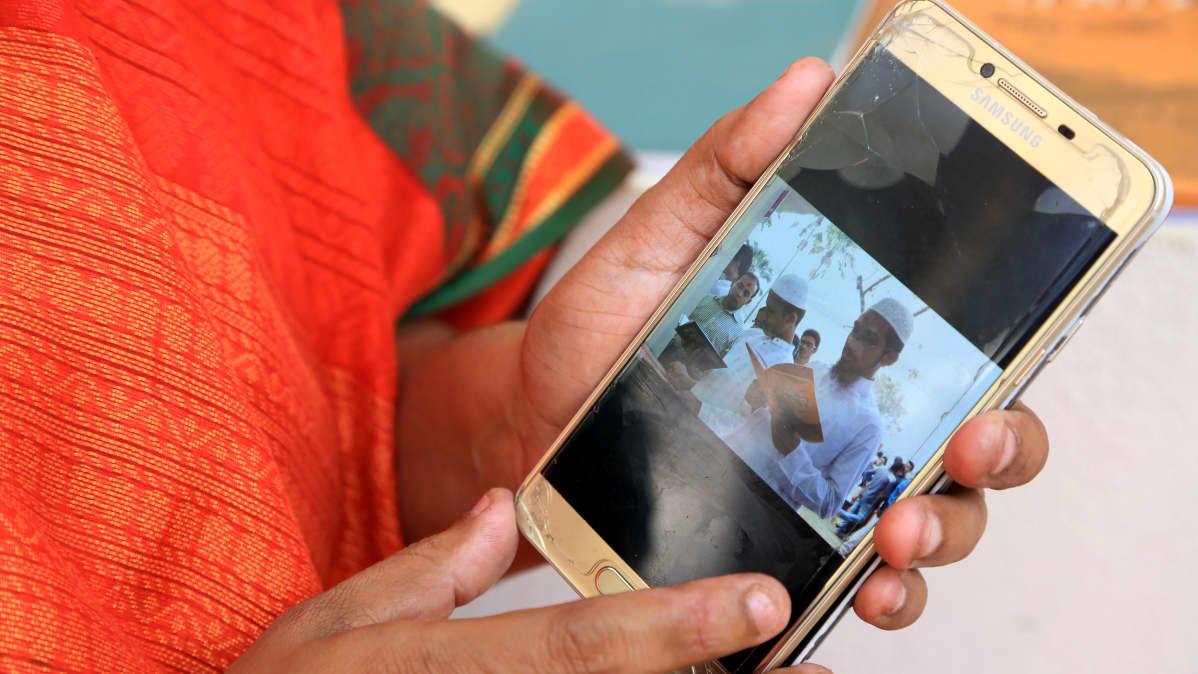 Kirjailija Sadia Nasrin esittelee puhelimestaan kuvia islamisteista, jotka kävivät tutkiskelemassa hänen naisen asemaa käsittelevää esikoisteostaan Dhakan kirjamessuilla.