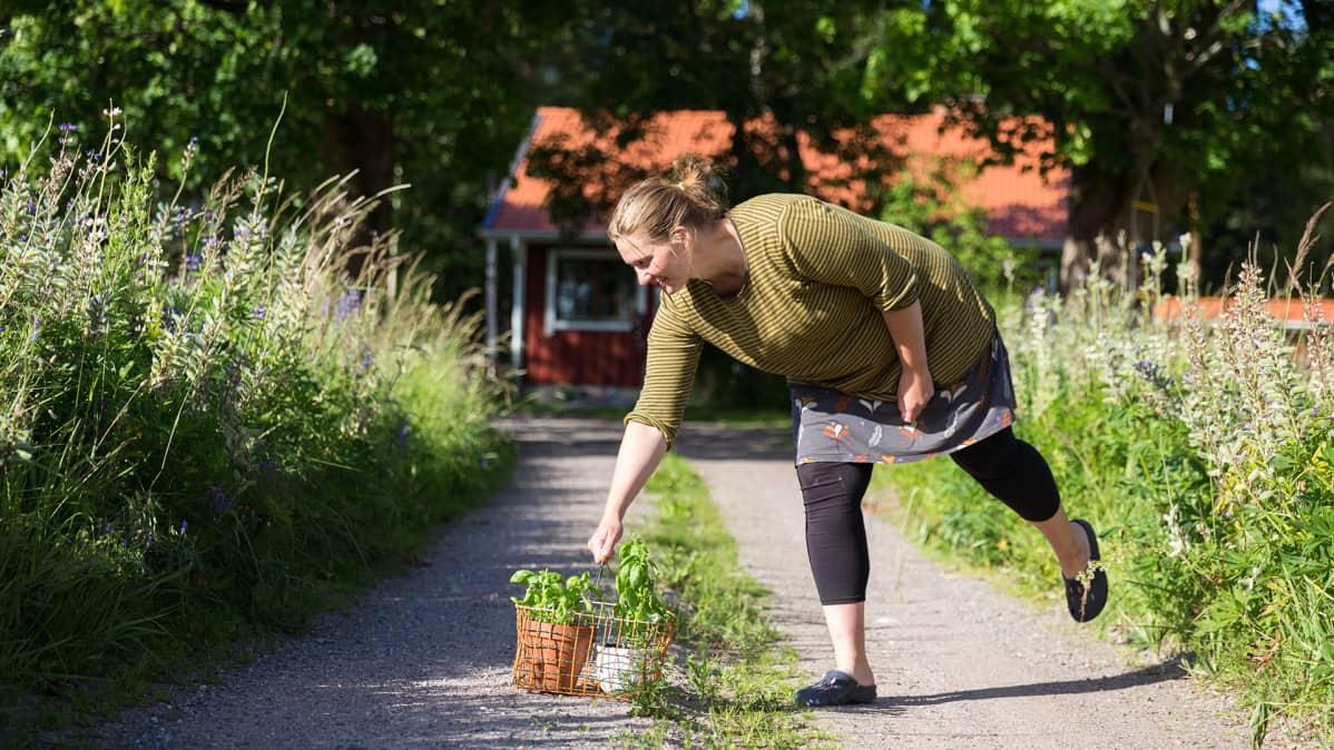 Mikaela Sundman kotitalonsa edustalla.