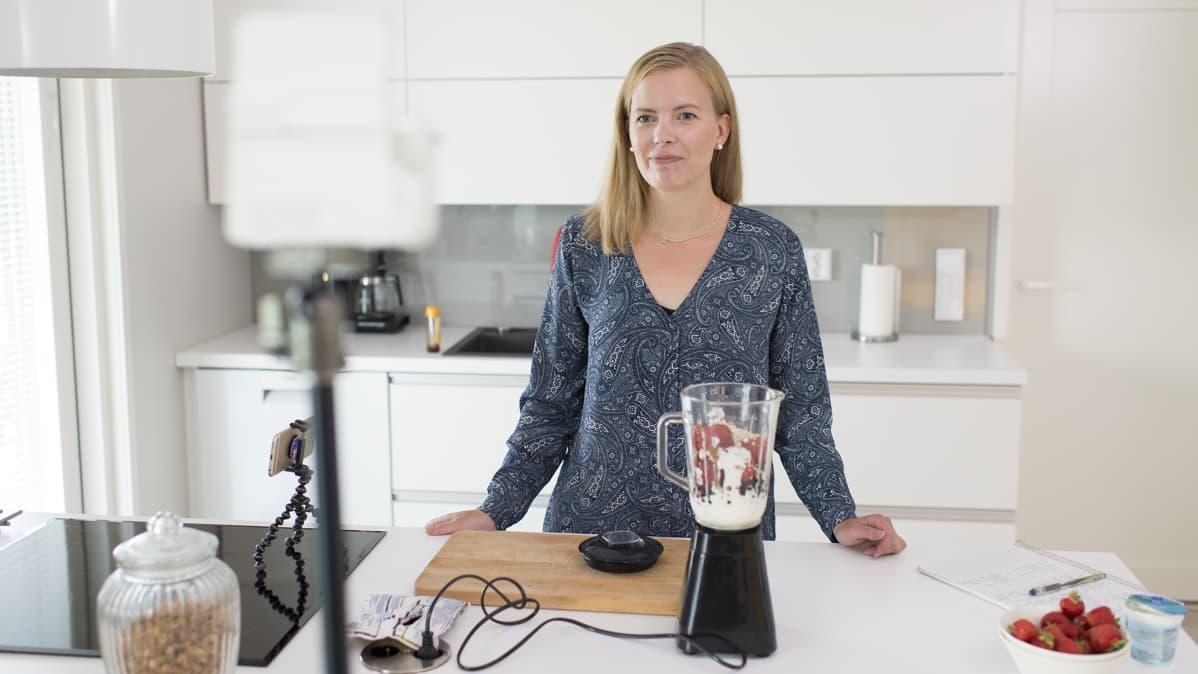 Janita Koljonen kuvaamassa Youtube-videota.