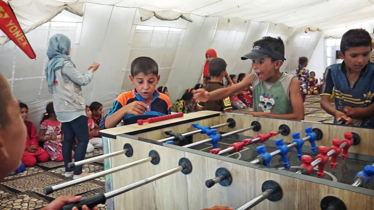 Lapsia leikkimässä pakolaisleirillä.