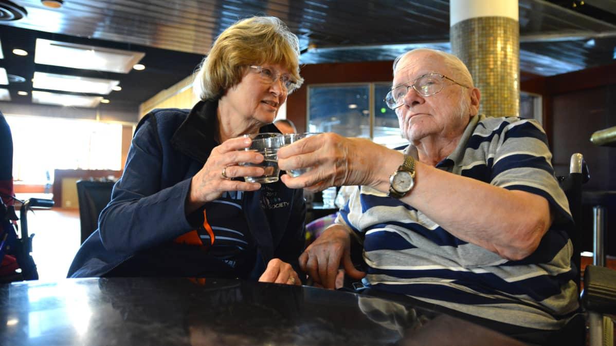 Pauline ja John Kiltinen vierailulla Kajaanissa.