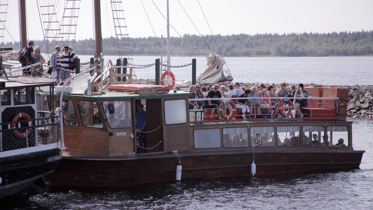 MS Leila täynnä matkustajia lähdössä Kemin sisäsatamasta.