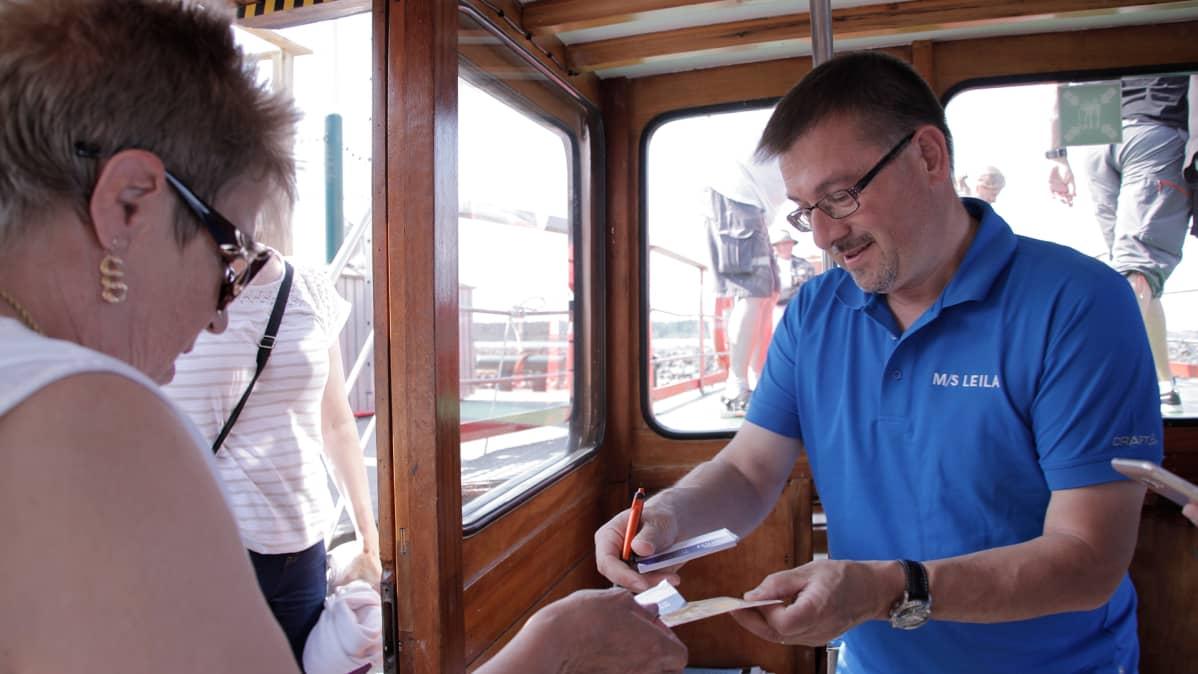 Oskar van Ieperen MS Leilan kabiinissa.