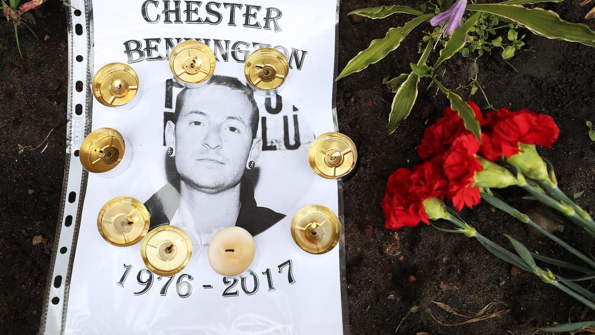 Kynttilöitä, kukkia ja valokuvakopio laulaja Chester Benningtonista Yhdysvaltain suurlähetystön edessä Moskovassa.