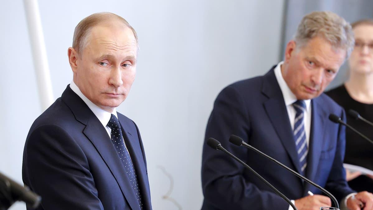 Presidentit Vladimir Putin ja Sauli Niinistö pressitilaisuudessa torstaina Savonlinnassa.