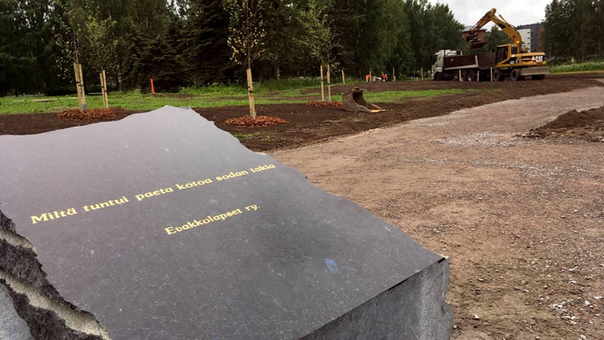 """Muistokivi, jossa lukee """"Miltä tuntui paeta kotoa sodan takia""""."""