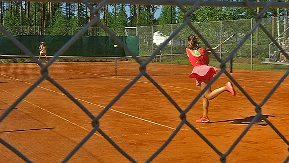 Tsekin KILNAROVA keltaisissa ja ranskan DE BERNARDI punaisessa asussa pelaavat välierissä.