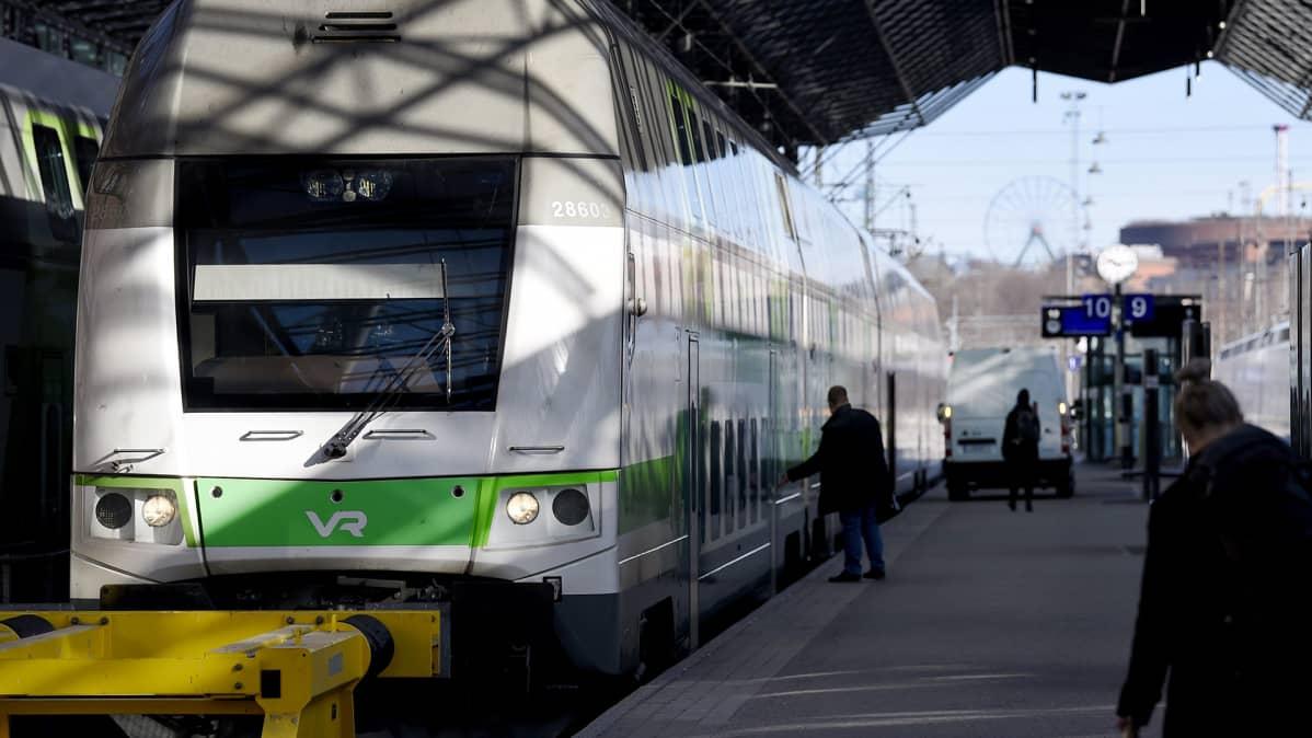 VR:n juna Helsingin päärautatieasemalla.