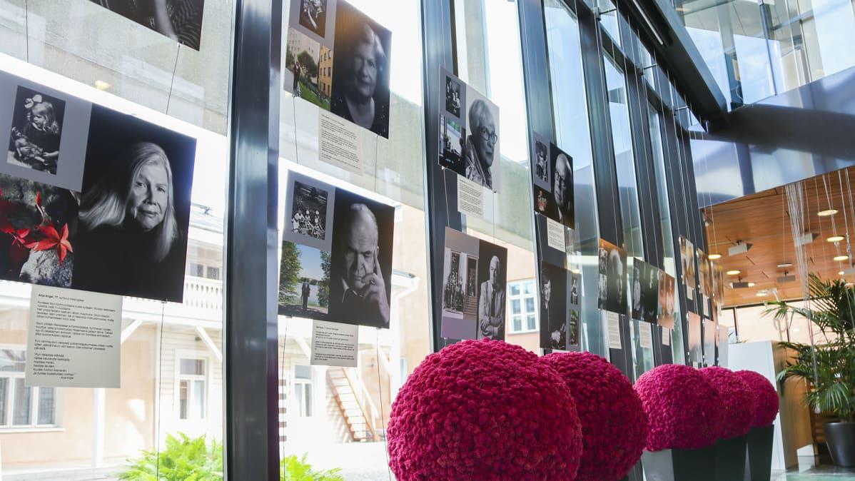 Leena Louhivaaran valokuvia ripustettuna näyttelyssä.