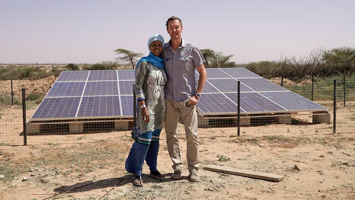 Leila Omar ja Mika Häikiö asentamansa aurnkovoimalan edustalla Somalimaassa.