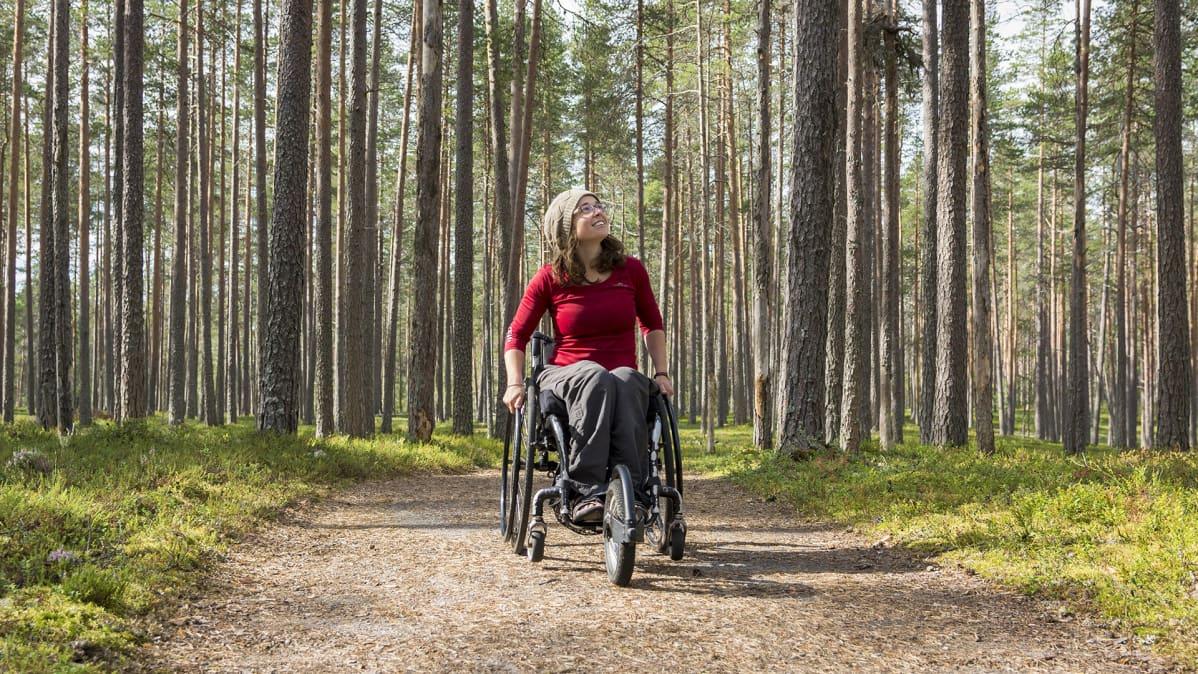 Helen Smith Rokuan kansallispuistossa pyörätuolin kanssa.