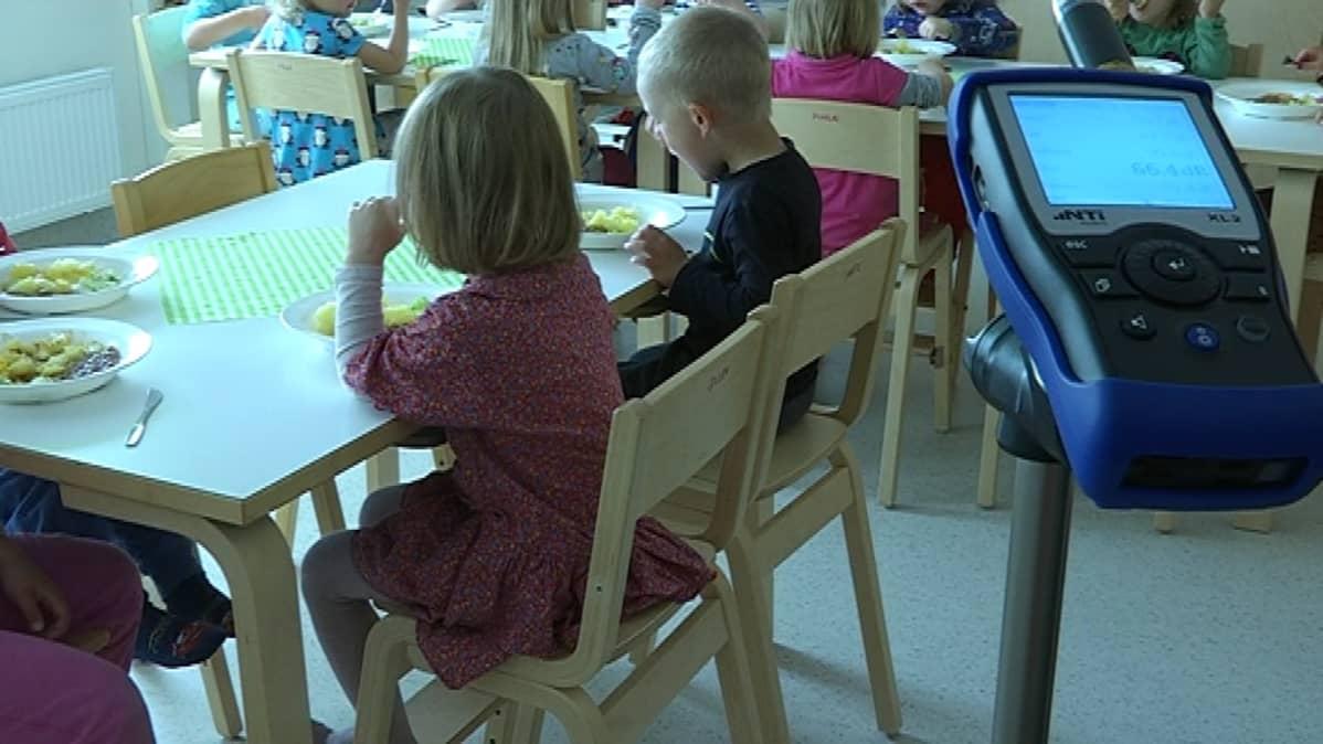desibelimittari lasten ruokapöydän vieressä