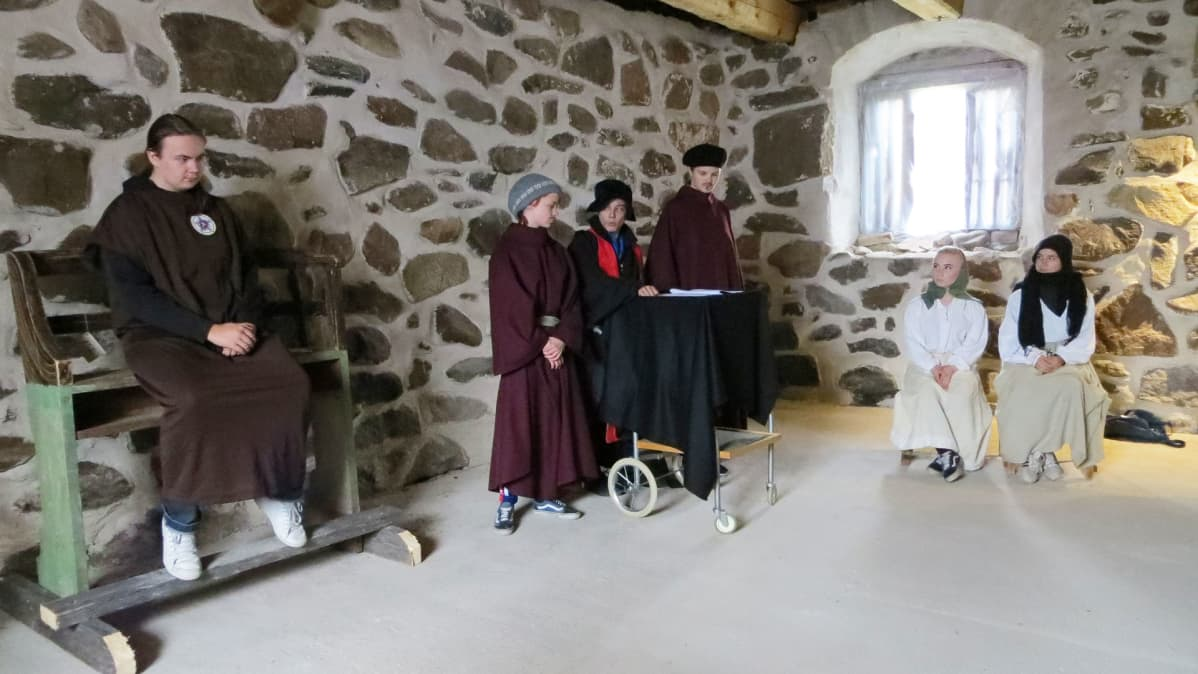 Putaan koululaisten Luther-elämyspolku -näytelmän kohtaus oikeudenkäynnistä