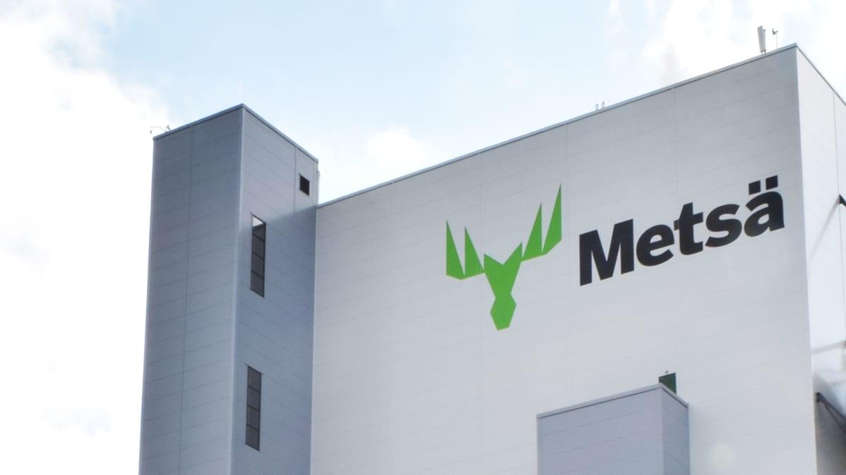 Metsä Groupin logo Äänekosken sellutehtaan seinässä.