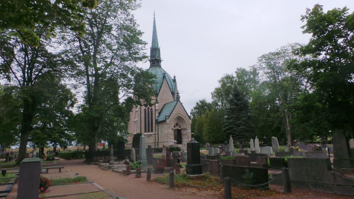 Hautausmaalla mausoleumi.