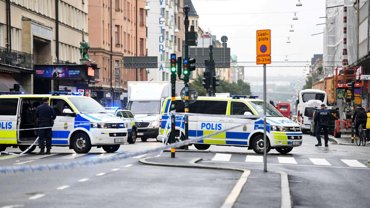 Poliisiautoja Medborgarplatsenilla.